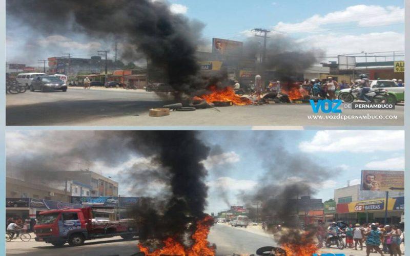Carpina: Beneficiários do auxilio moradia fecharam a PE-90 em protesto pela falta de pagamento