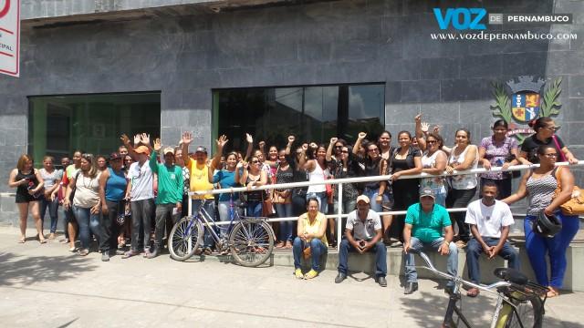Servidores realizaram protesto em frente à prefeitura do Carpina na manhã desta terça (4)