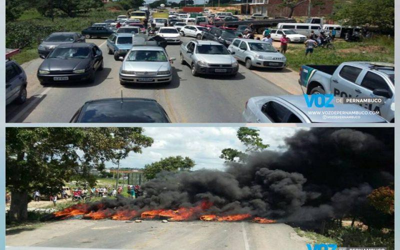 Protesto fecha a PE-90 em Lagoa do Carro