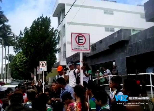 Alunos de escola municipal protestam em frente a prefeitura por falta de merenda em Carpina